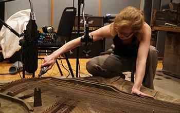 Natasha Barrett réalisant des enregistrements de sources ambisoniques, CCRMA, Stanford © Fernando Lopez-Lezcano