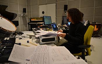 Didier Rotella dans un studio à l'Ircam avec Benjamin Lévy, réalisateur en informatique musicale © Déborah Lopatin