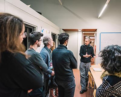 Nicolas Misdariis, responsable de l'équipe Perception et design sonore de l'Ircam-STMS lors d'une rencontre avec le public dans un labo à l'Ircam ©Aliocha Boi