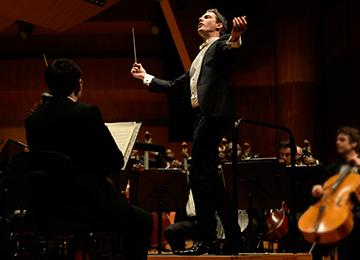 Julien                                                            Leroy                                                            dirigeant un                                                            orchestre ©                                                            DR
