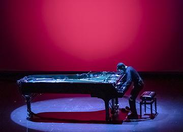 Le pianiste Alvise Sinivia sur scène lors de la création mondiale à Athènes © Yiannis Soulis pour Onassis STEGI