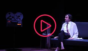 Laurent Poitrenaux sur scène lors de la création française de Providence au Théâtre des Bouffes du Nord