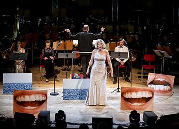 La                                                            mezzo-soprane                                                            Tora Augestad                                                            lors de la                                                            création                                                            mondiale à                                                            Cologne ©                                                            Holger                                                            Talinski