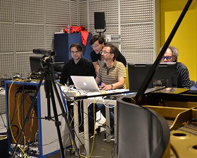 Sampo                                                            Haapamäki,                                                            Jean Deroyer                                                            et Serge                                                            Lemouton en                                                            studio à                                                            l'Ircam ©                                                            Ircam, photo :                                                            Déborah                                                            Lopatin