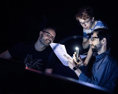 Jean                                                            Lochard,                                                            réalisateur en                                                            informatique                                                            musicale, un                                                            instrumentiste                                                            et un étudiant                                                            du Cursus en                                                            répétition au                                                            Centre                                                            Pompidou ©                                                            Ircam, photo :                                                            Quentin                                                            Chevrier
