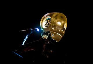 La tête du robot totem dans le dernier spectacle de Georges Aperghis © Quentin Chevrier