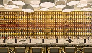 Le « mur des 400 vins » représentant les 400 vins clairs conservés à la Maison Krug © Patrick Susini