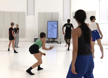 Pour la création d'Atomos de McGregor, séance de répétition au studio Wayne McGregor avec le logiciel Becoming © David Bickerstaff