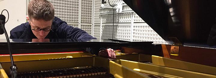 Le compositeur Sasha J. Blondeau en studio à l'Ircam © Ircam-Centre Pompidou, photo : Déborah Lopatin